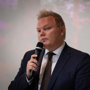 Keskustan eduskuntaryhmän puheenjohtaja Antti Kurvinen