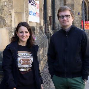 Daniela Schulze och Christian Bollert står utanför kyrkan Nikolaikirche i Leipzig