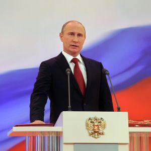 Vladimir Putin svär tjänsteeden.