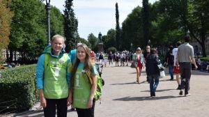 Emma Palokoski (t.v.) och Laura Heikkilä arbetar inom Helsinki Help och hjälper turister på stan.