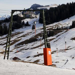 Stillastående ankarlift vid skidcentret Sudelfeld i Bayern.