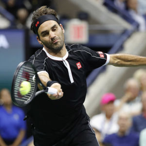 Roger Federer slår bollen