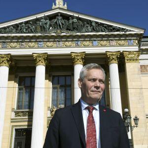 Antti Rinne utanför Ständerhuset i Helsingfors.