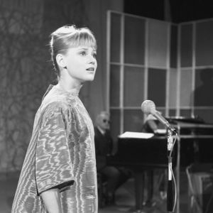 Tanskalainen laulaja Gitte Henning laulaa Iskelmäkarusellissa 1961.