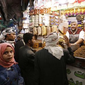Asiakkaita jemeniläisellä ruokatorilla.