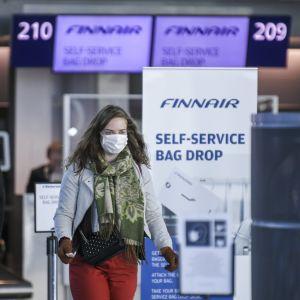 En passagerare iförd munskydd på Helsingfors-Vanda flygplats den 18 maj 2020.
