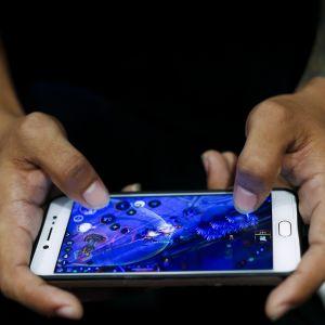 Man som spelar mobilspel.