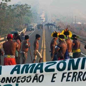 Ursprungsbefolkning som blockerar väg i Amazonas.