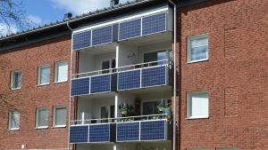 Solpaneler på balkonger i ett höghus i Ålidhem i Umeå.