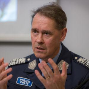 Man ser bekymrad ut och ser in i kameran. Mannen är Seppo Kolehmainen, överdirektör på Polisen.