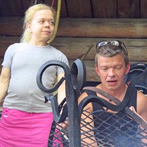 Linda ja hänen puolisonsa Timo laavulla