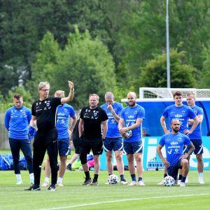 Finlands herrlandslag i fotboll står uppradade under en träning den 10 juni 2021.