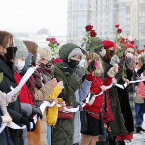 Åtmninstone ett hundratal kvinnor samlades i Sankt Petersburg i närheten av ett minnesmärke för offer för politiskt förtryck på söndagen.