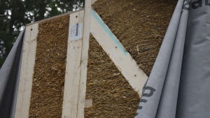 Närbild av en halmvägg, ett huselement, en vägg av tätt packad halm.