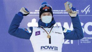 Niilo Moilanen med sitt JVM-guld 2021.