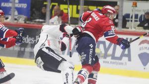 Ville Varakas tacklar Anton Stråka.