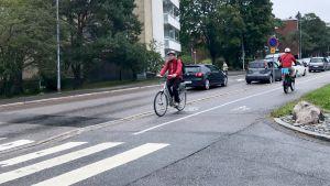 Cyklister på cykelväg en mulen dag.