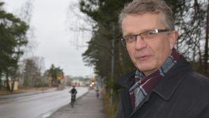 Jukka Takala i förgrunden, två små cyklister i bakgrunden.