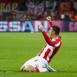 Milan Pavkov firar mål.