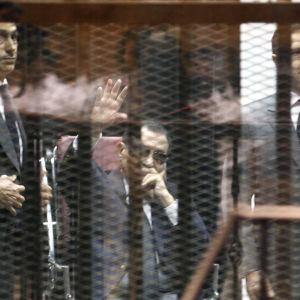 Från vänter Gamal Mubarak, Hosni Mubarak och Alaa Mukarak i rätten i Kairo den 9 maj 2015.