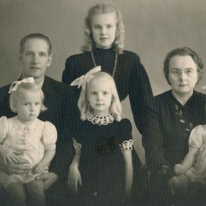 Perhepotretti 1940-luvulta. Sirkka-Liisa Krapinoja keskellä