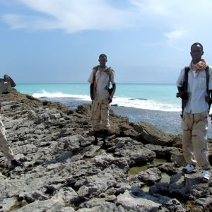 Somaliska pirater på en strand