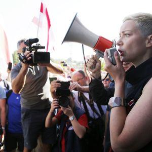 EU kräver att musikern och oppositionsledaren Maria Kolesnikova friges efter att hon greps på gatan i Minsk av maskerade säkerhetsagenter.