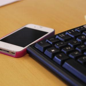 Telefon och tangentbord.
