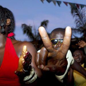 Feststämning och segertecken bland afrikaner