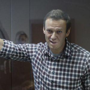 Aleksei Navalnyi oikeuden kuulemistilaisuuden alkua odottamassa 20. helmikuuta.