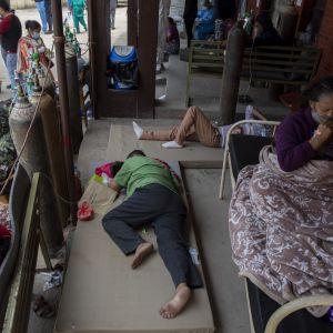 Covid-19-patienter behandlas utanför ett sjukhus i Kathmandu 9.5.2021
