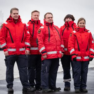 Åbo Sjöräddningssällskap vid Aura å, klädda i röda sjöräddnings-jackor.