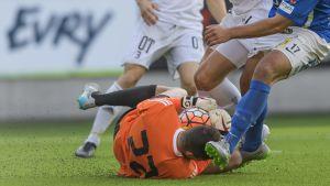 Jonathan Viscosi ligger i gräset och håller i bollen