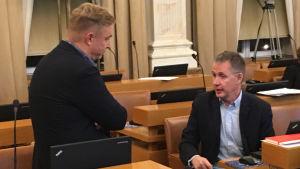 Åbo stadsfullmäktige 12 november 2018. Nicke Wulff (SFP) i samtal med Mika Maaskola (SDP).