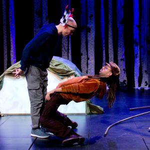 Kaksi näyttelijää teatterilavalla.