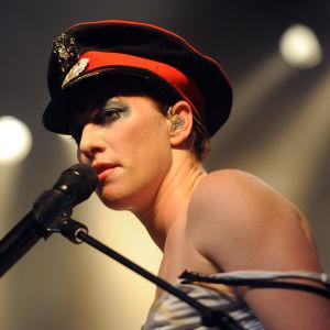 Amanda Palmer live med generalshatt på huvudet.