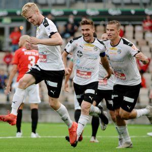 Tino Purme (till vänster) firar Hakas 1–0-mål.