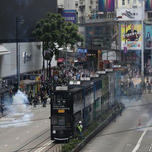 Kravallpoliser i Hongkong använde tårgas för att skingra tusentals demonstranter i stadskärnan.