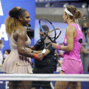 Serena Williams i samspråk med Victoria Azarenka