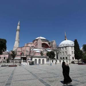 Hijabiin pukeutunut nainen Hagia Sofian edustalla.