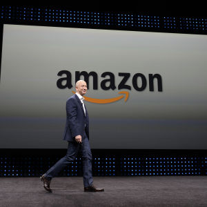 Jeff Bezos framför en skylt med bolagsnamnet Amazon.