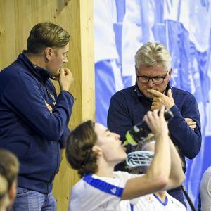 Mika Kohonen ja Petteri Nykky juonivat kuvioita Ruotsi-ottelussa Eerikkilässä 12. elokuuta 2021.