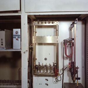 Yleisradion väliaikamerkkikone 1964. Eräänlainen viisikielinen konekantele, jossa ratasmekanismiin kiinnitetyt näppäimet soittivat lyhyen sävelmän (Pim pim pampulla).