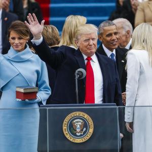 Donald Trump och Melania Trump vinkar till publiken.