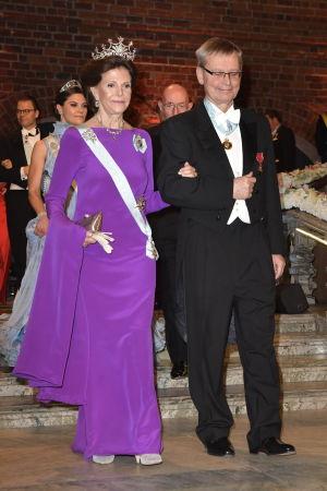 Drottning Silvia går ned för trappor.