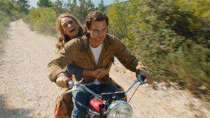 Den unga Donna åler motorcykel med den unge Sam.