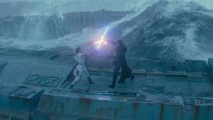 Rey (Daisy Ridley) och Kylo Ren (Adam Driver) strider mot varandra i ett regnigt landskap, i bakgrunden syns ett stormigt hav.
