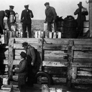 Takavarikoituja viinakanistereita lastataan Helsinkiin kuljetusta varten 1920–1929