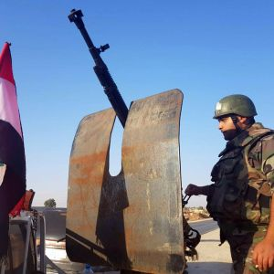 Syrisk regeringssoldat i staden Tal Tamr