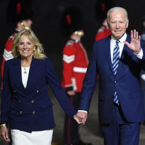 Presidentparet Biden anländer till engelska Cornwall. Det är sen kväll och mörkt ute. I bakgrunden ser man brittiska poliser i traditionell uniform.